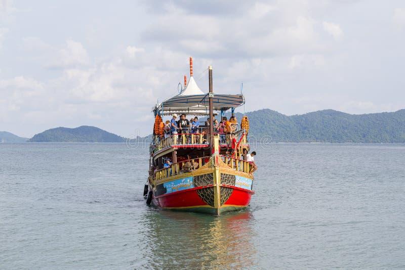 La barca variopinta con i turisti ritorna da una crociera all'isola di Koh Chang, Tailandia immagine stock libera da diritti