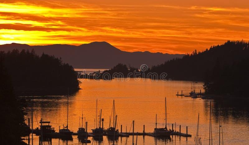 La barca a vela del tramonto profila l'immagine immagine stock