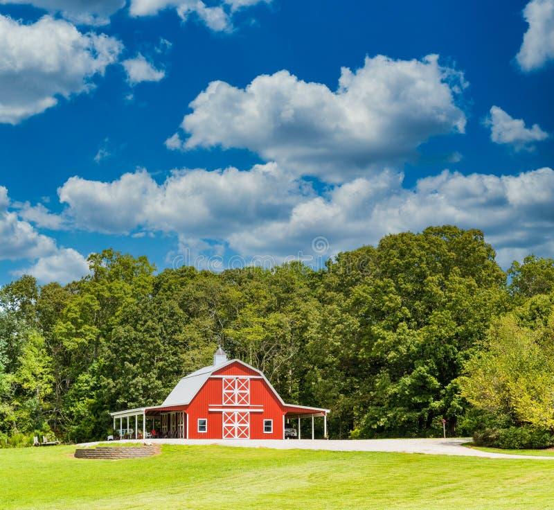 La Barne Rouge et les arbres verts en été photos stock
