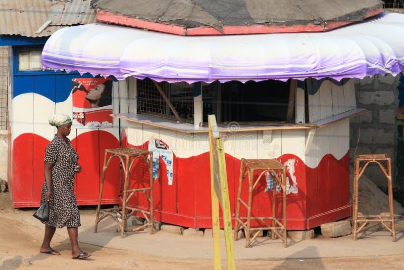 La barra africana di fufu con Pepsi-cola e coca-cola annuncia immagine stock