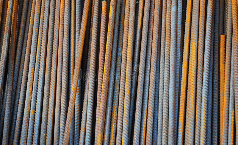 La barra de refuerzo, o el rebar, es una barra de acero común que es laminada en caliente y se utiliza extensamente en el sector  imagen de archivo libre de regalías