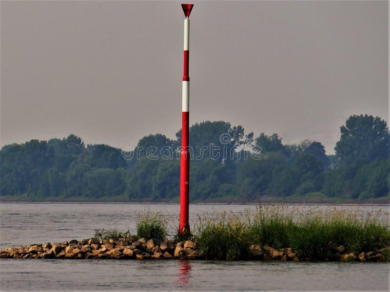 La barra rossa di regolamento di trasporto interno ha offuscato il fondo con gli alberi, il fiume Reno Germania fotografie stock libere da diritti