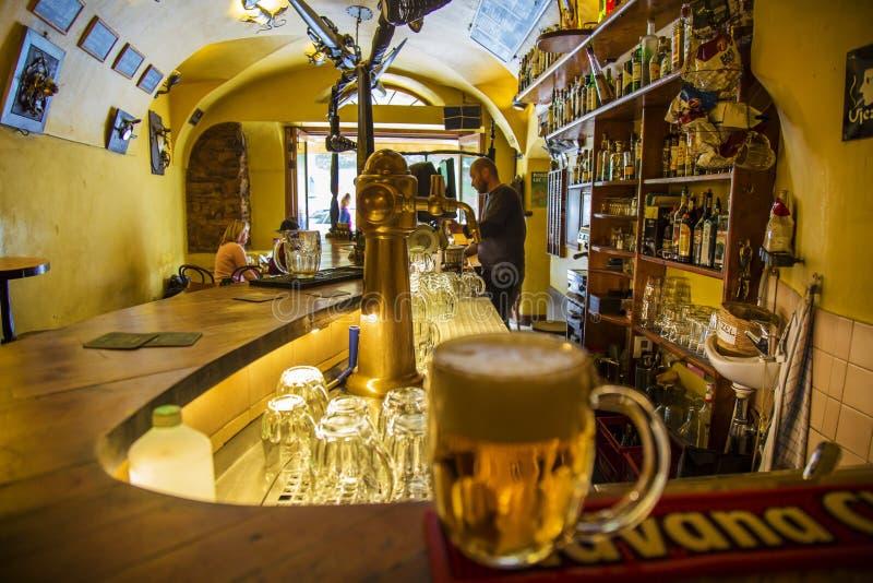 La barre d'Ujezd, endroit légendaire pour l'alkohol évente au centre de Prague photographie stock