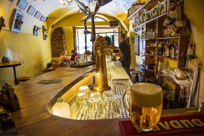 La barre d'Ujezd, endroit légendaire pour l'alkohol évente au centre de Prague images libres de droits