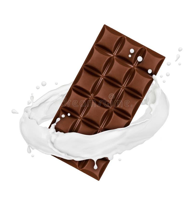La barre de chocolat tourne éclabousse dedans du lait sur le fond blanc images libres de droits