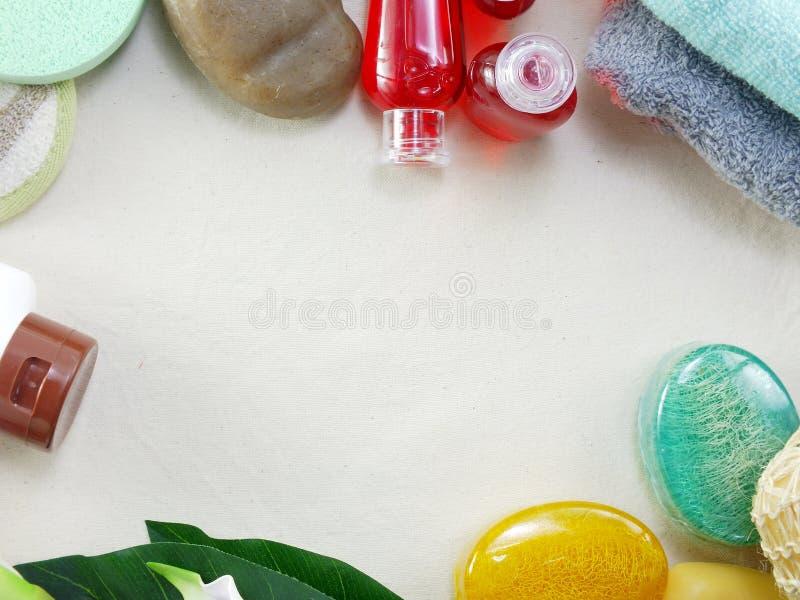 La barre de savon de shampooing et la douche liquide gélifient la vue supérieure de kit de station thermale de serviettes avec le image libre de droits