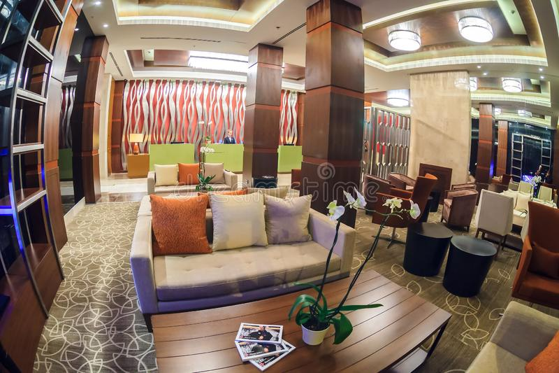 La barre grande de lobby d'hôtel de Gorki dans la station de vacances de Gorki Gorod dans Soch a l'intérieur élégant de moderne V image libre de droits