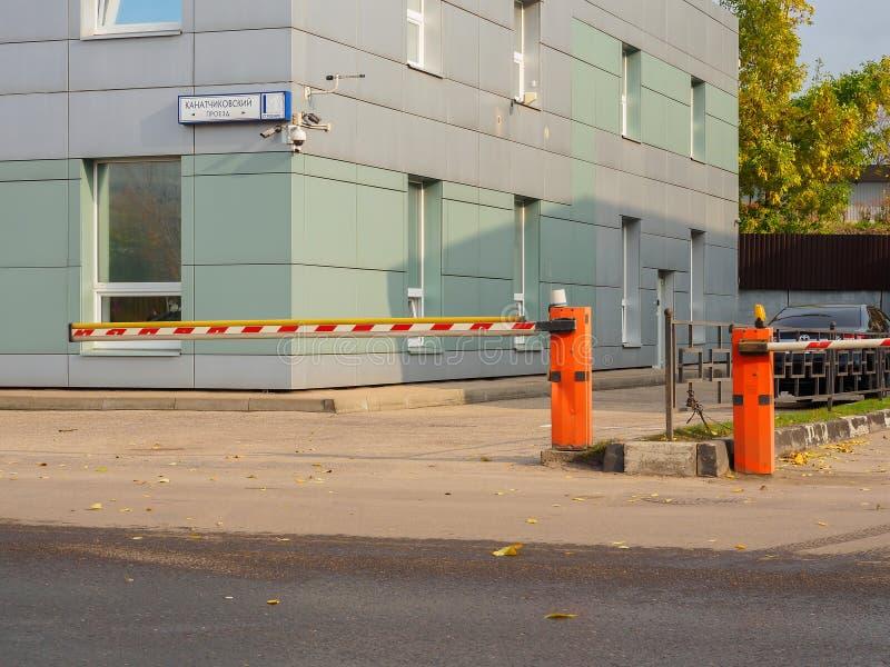 La barrera en la entrada al edificio de oficinas Rusia, Moscú, octubre de 2017 fotografía de archivo