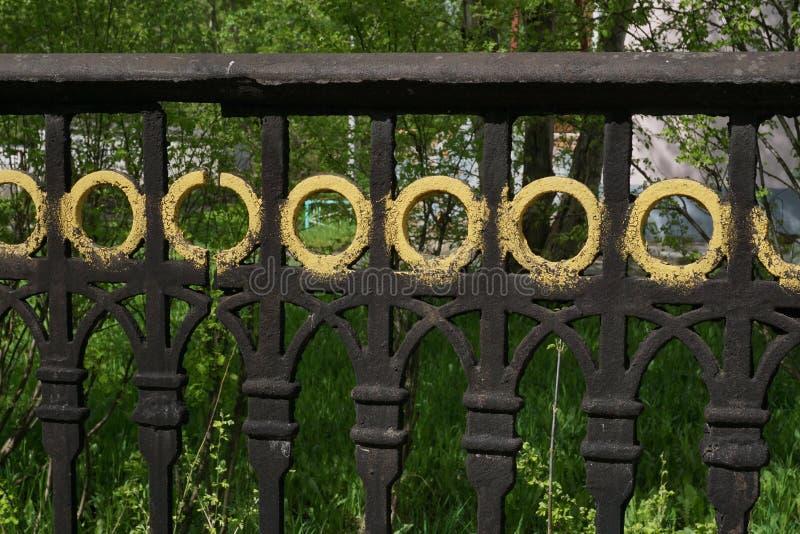 La barrière décorative forgée moderne avec le bâti d'élément Plan rapproché images stock