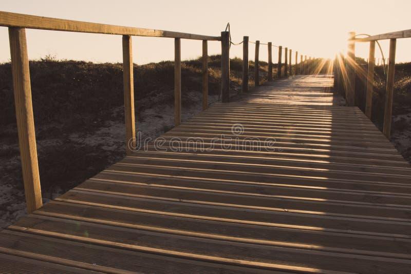 La barri?re en bois et le passage couvert ? ?chouer se sont fan?s Chemin vide au soleil Concept de marche Mani?re de Camino De Sa photo stock