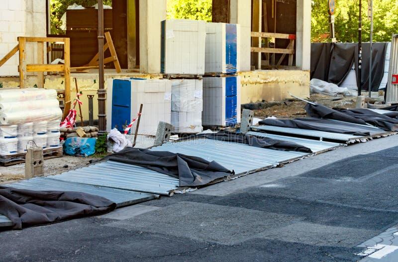 La barrière est tombée sur la route, barrières provisoires pour le chantier de construction, construction de la maison photos stock