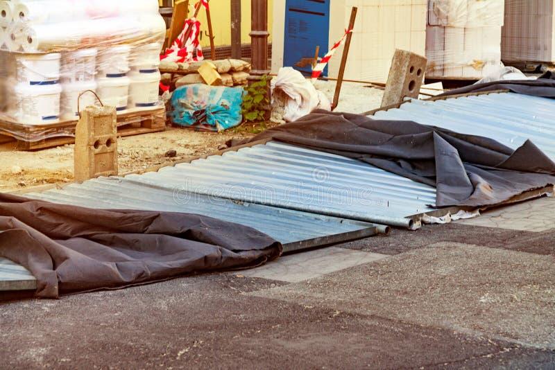 La barrière est tombée sur la route, barrières provisoires pour le chantier de construction, construction de la maison images stock