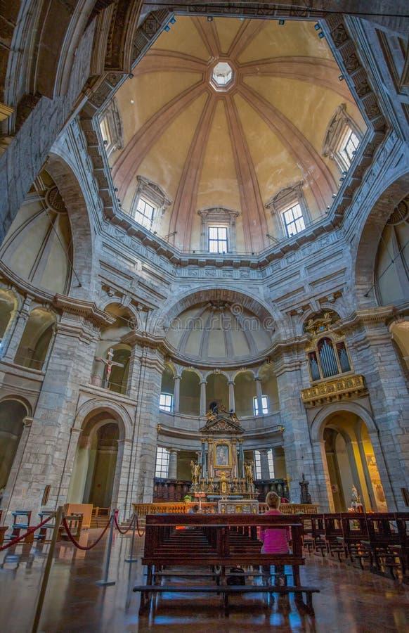 La basílica de San Lorenzo Maggiore en Milán, Italia, el interior imágenes de archivo libres de regalías
