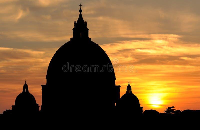 La basílica de San Pedro en la puesta del sol en la Ciudad del Vaticano, Roma imagen de archivo