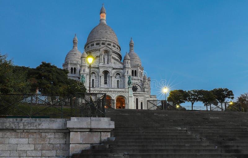 La basílica famosa Sacre Coeur en la noche, París, Francia foto de archivo libre de regalías