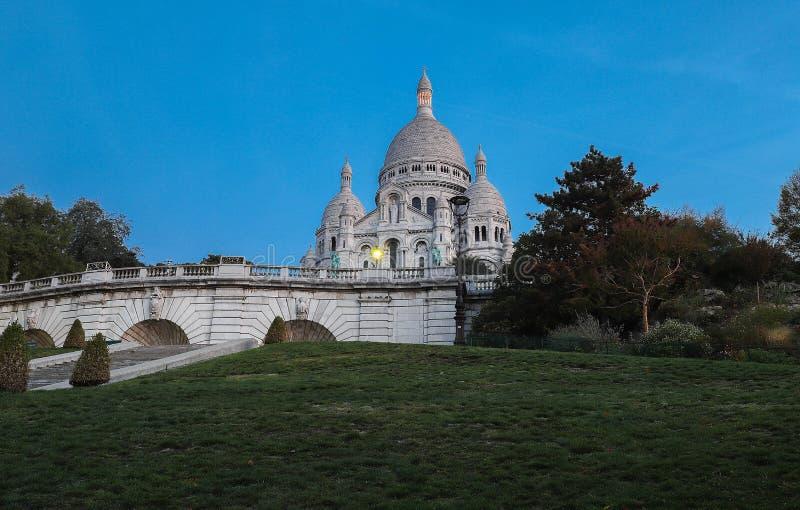 La basílica famosa Sacre Coeur en la noche, París, Francia fotos de archivo libres de regalías