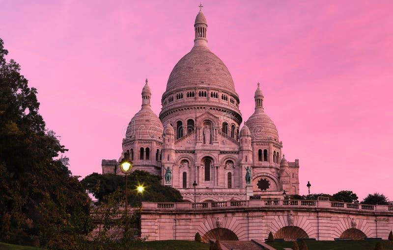 La basílica famosa Sacre Coeur en la puesta del sol, París, Francia imagenes de archivo