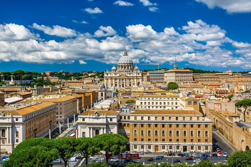 La basílica papal de San Pedro en la Ciudad del Vaticano imagen de archivo libre de regalías
