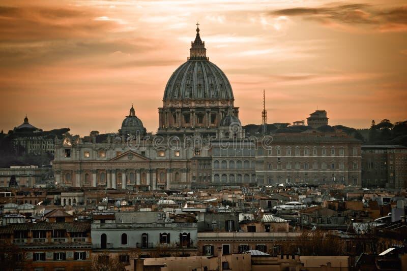 La bas?lica papal de San Pedro en la opini?n dram?tica del amanecer del Vaticano imágenes de archivo libres de regalías