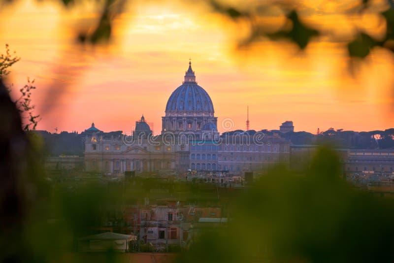 La basílica papal opinión de la puesta del sol de San Pedro y de la Ciudad del Vaticano fotos de archivo libres de regalías