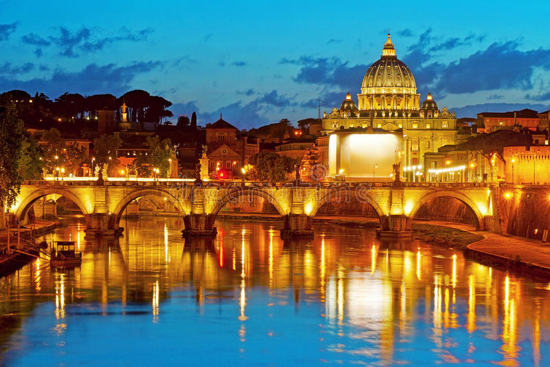 La basílica y puente Sant'Angelo de San Pedro en Roma imagen de archivo