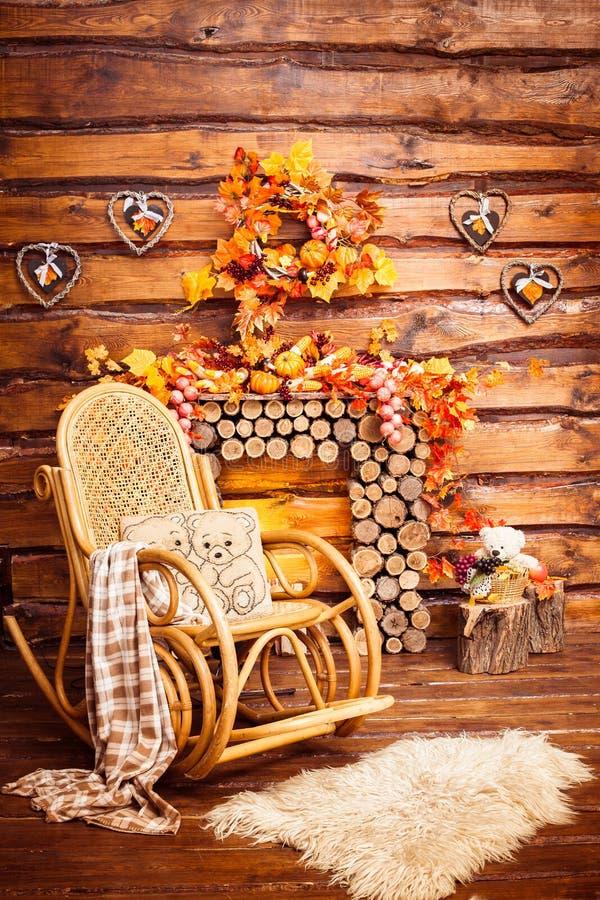la Basculer-chaise, cheminée s'est rassemblée des rondins, et des fourrures photo stock