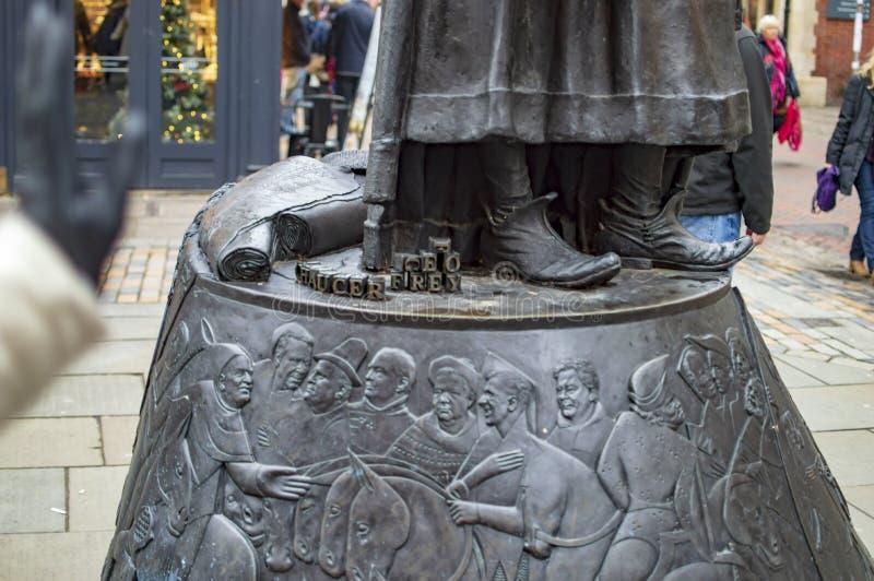La base de la estatua de bronce de Geoffrey Chaucer en la ciudad de Kent Cantorbery fotografía de archivo libre de regalías