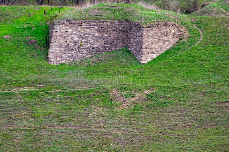 La base de la vieille forteresse, envahie avec l'herbe photos stock