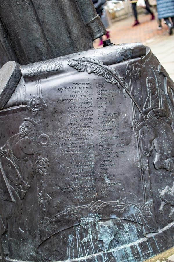 La base m?s baja de la estatua de Geoffrey Chaucer en la ciudad de Cantorbery del condado de Kent foto de archivo