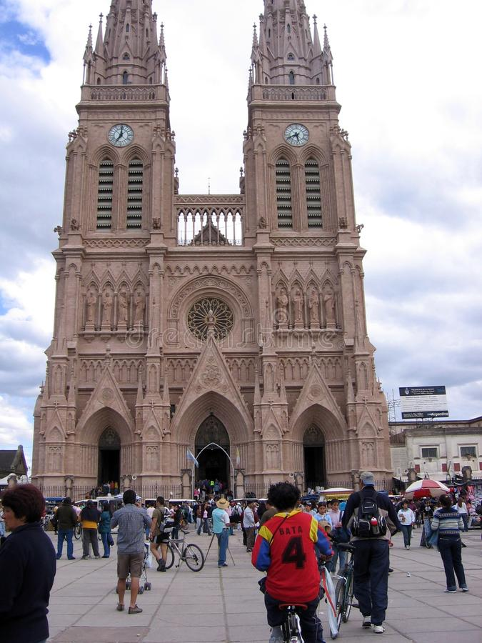 La basilique de notre Madame de Lujan se tient dans la ville de Lujan, environ 70 kilomètres à l'ouest de la ville autonome de Bu photo stock