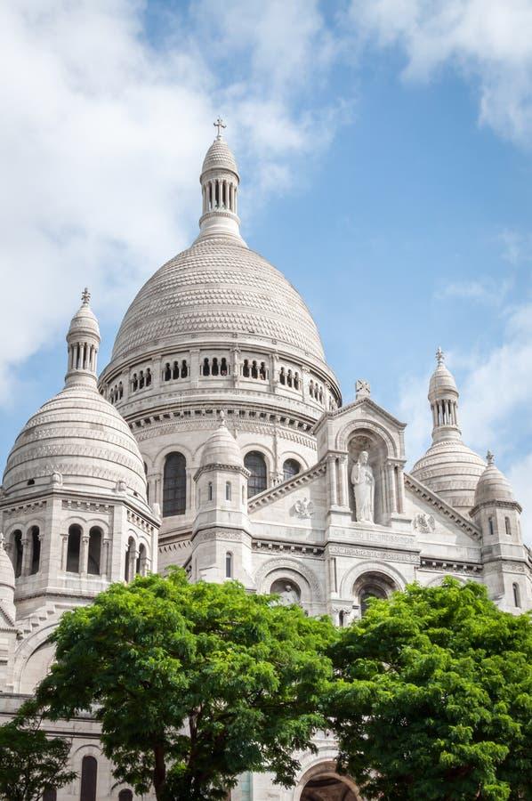 La basilique du coeur sacr? dans Montmartre sous un beau ciel bleu d'?t? ? Paris image libre de droits