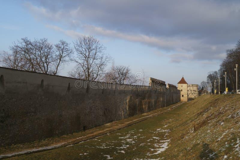 La bastion Bastionul Postavarilor de Drapers et les défenses dominent, Brasov, Roumanie image stock
