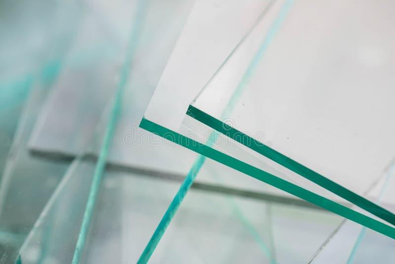 La basura aguda del vidrio de hoja para recicla, esperando el transporte foto de archivo