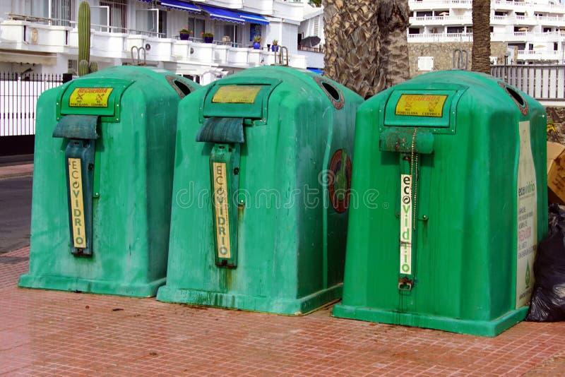 La basura española verde recicla los envases imagen de archivo libre de regalías