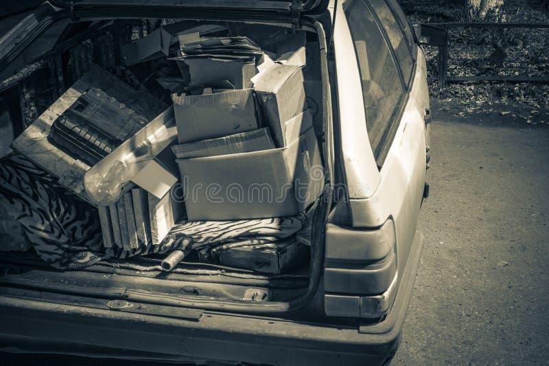 La basura innecesaria llevó adentro el tronco de un coche viejo foto de archivo libre de regalías