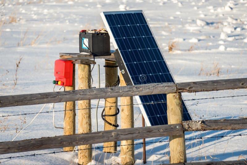 La batería solar carga el dispositivo para el cercado eléctrico imagenes de archivo
