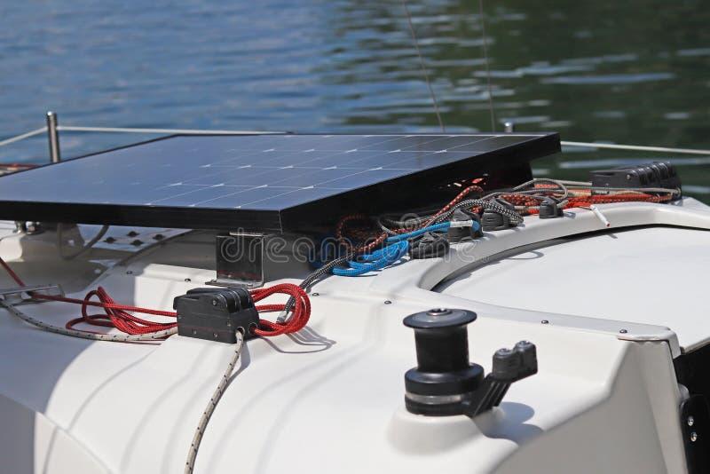 La batería solar para el desarrollo de la corriente eléctrica bajo los efectos de la luz del sol montó en la cubierta de un peque fotos de archivo libres de regalías