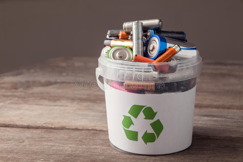 La batteria ricicla il recipiente fotografie stock