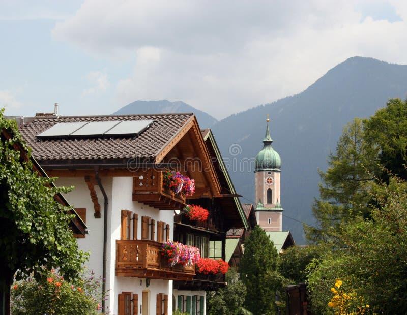 La Baviera/Germania - chiesa e case tipiche con la f fotografie stock