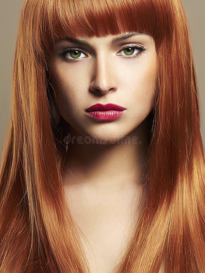 La beauté composent le portrait de fille Cheveux rouges images stock
