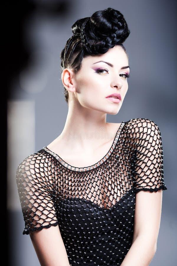 La beauté a tiré de la jeune belle femme portant le maquillage professionnel images stock