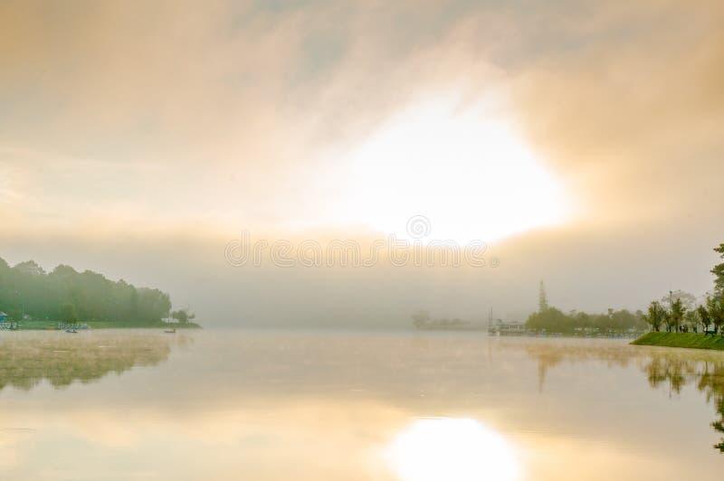 La beauté de la ville de lat du DA de paysage dans le brouillard et le lever de soleil, le coeur de la ville de lat du DA est Xua photographie stock libre de droits