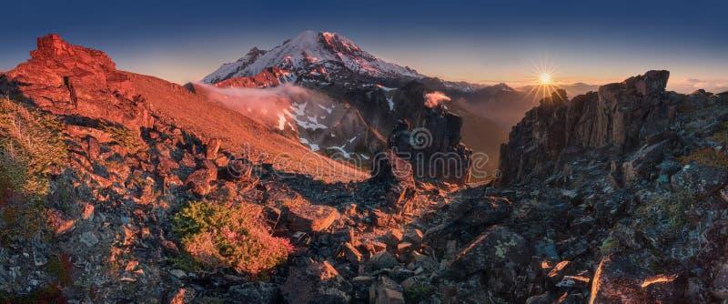 La beauté et la tranquilité d'une soirée d'été au bâti Rainier National Park Montagnes de cascade, Washington State, Etats-Unis photo libre de droits