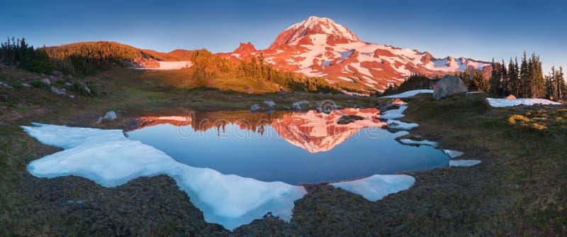 La beauté et la tranquilité d'une soirée d'été au bâti Rainier National Park Montagnes de cascade, Washington State, Etats-Unis photos libres de droits
