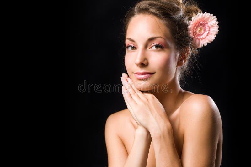 La beauté a tiré du brunette magnifique avec la fleur. photos libres de droits