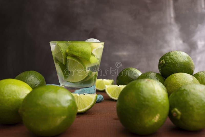 La bebida brasile?a famosa con el lim?n, el az?car y el alcohol fotografía de archivo libre de regalías
