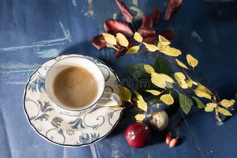 La bebida del otoño con las frutas reserva y calma humor imágenes de archivo libres de regalías