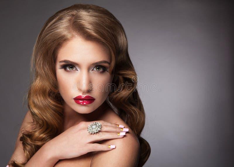 La bei donna con le labbra rosse ed eleganti capelli-fanno fotografia stock libera da diritti