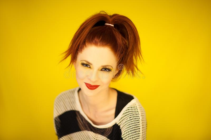 La bei giovane donna con capelli rossi e perfetti compongono il ritratto di modo fotografie stock libere da diritti