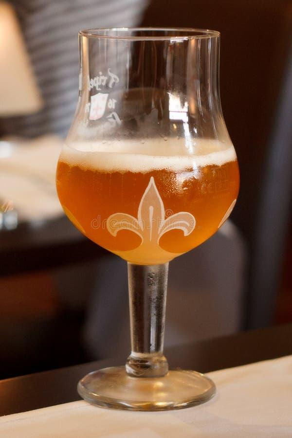 LA BELGIQUE, BRUXELLES - 7 SEPTEMBRE 2014 : Un verre de la bière photographie stock libre de droits
